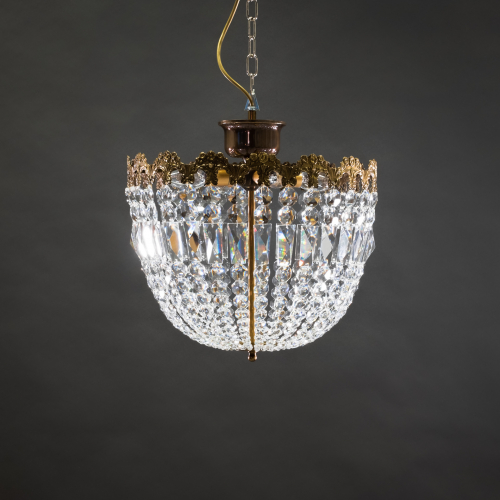 A hemispherical Victoria 40 crystal lamp with four light points. A magnificent brass decoration borders the crystals.
